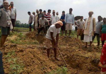प्रहरीले रोक्दा रोक्दै  स्थानीयले भत्काइदिए भारत सीमाको बाँध